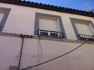 Imagen de ejemplo de grietas en fachada de edificio